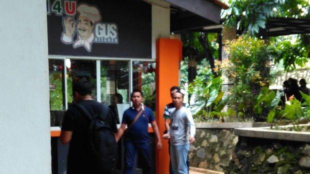 Petugas melakukan pemeriksaan di kafe SG (Foto: Dok Imigrasi Depok)