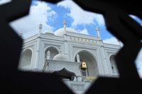 Pesona Masjid Ramlie Musofa yang Mirip Taj Mahal