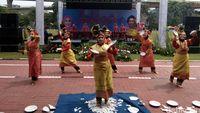 melihat ibu ibu bhayangkari menari tari piring di bazar hari rh news detik com