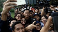 Di kesempatan itu, Agus juga terlihat asyik selfie bersama para awak media.