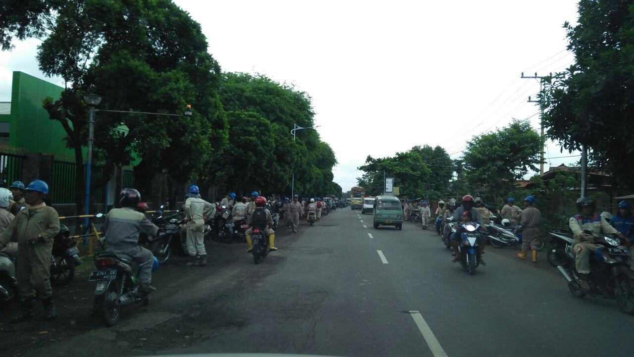Foto: Masyarakat berkerumun di dekat lokasi (Istimewa)