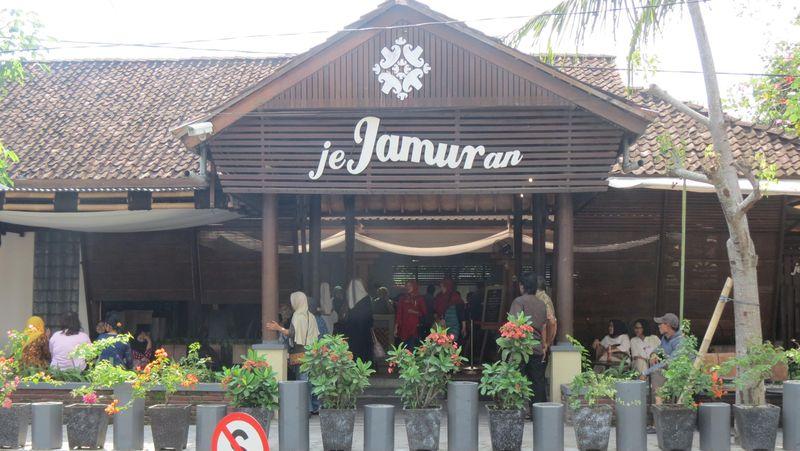 Di Sleman ada wisata kuliner serba jamur bernama Jejamuran di Jl Pramuka, Niron, Pandowoharjo, Kab Sleman. Banyak wisatawan ke Borobudur mampir di sini (Fitraya/detikTravel)