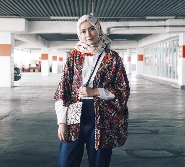 Tips Padu Padan Kemeja Putih Dengan Hijab Ala Hijabers Populer