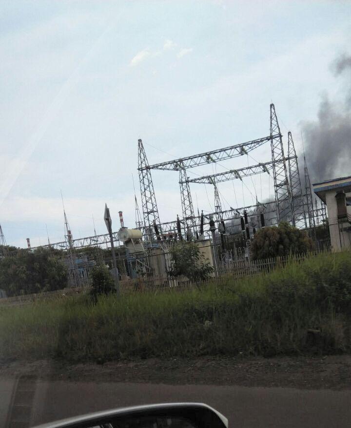 Foto: Asap hitam membumbung dari kilang minyak Pertamina Refinery Unit IV Cilacap (Istimewa)