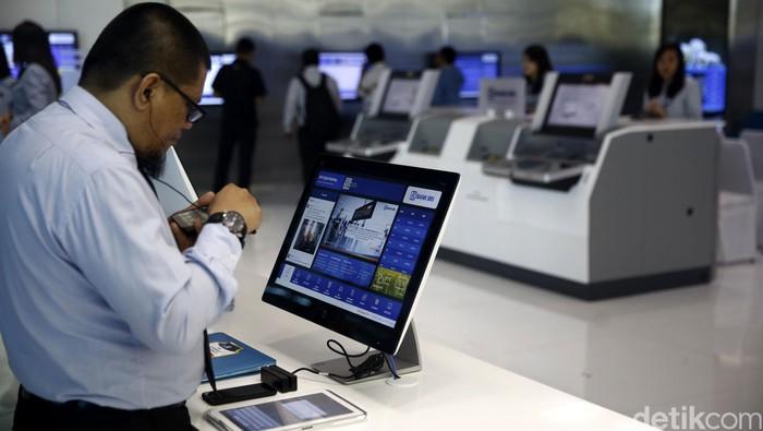 Presiden Republik Indonesia ke-3, BJ Habibie mengunjungi gerai BRI Digital di Terminal 3 Ultimate Bandara Soekarno-Hatta, Kamis (6/10/2016). Habibie sempat  mencoba berbagai perangkat teknologi perbankan di BRI Digital.