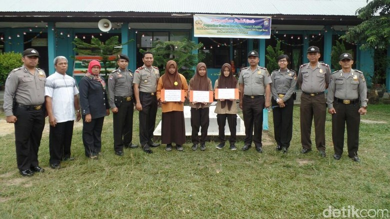 Polsek Rengat Barat di Riau Beri Beasiswa Keluarga Tak Mampu
