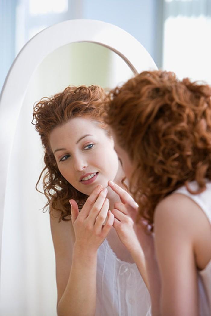 Jerawat bening tembus pandang bisa menandakan kanker kulit, khususnya basal cell carcinoma. Dokter kulit Marc Glashofer menyebut, jerawat yang tidak hilang hingga 6-8 pekan perlu diperiksakan. Foto:Getty Images