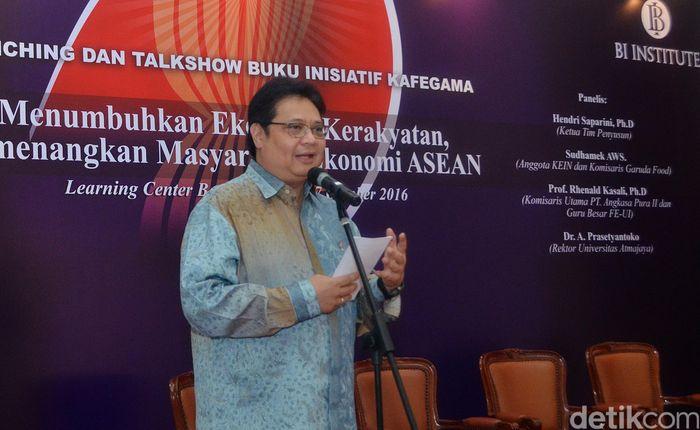 Menteri Perindustrian Airlangga Hartarto memberi sambutan pada peluncuran dan diskusi buku berjudul Menumbuhkan Ekonomi Kerakyatan Memenangi Masyarakat Ekonomi ASEAN.