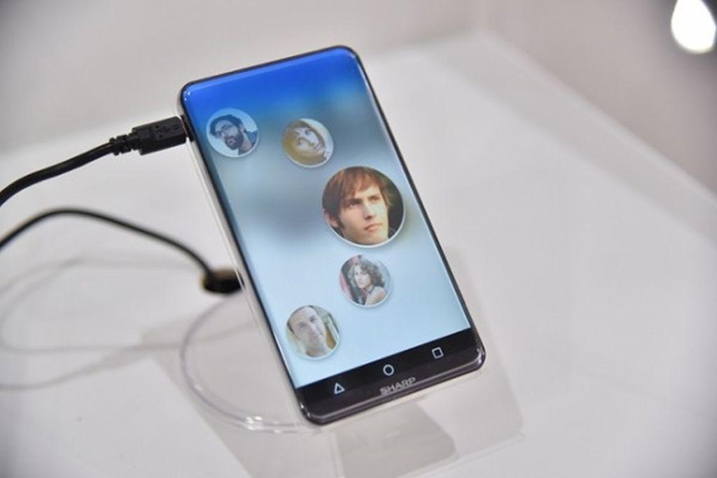 Layar ponsel bernama Corner R menggunakan Sharp Free Form Display yang dibuat menggunakan teknologi IGZO berukuran 5,2 inch dengan resolusi 1.920 x 1.080 pixel dan kepadatan pixelnya 425 ppi. Foto: Gizmo China
