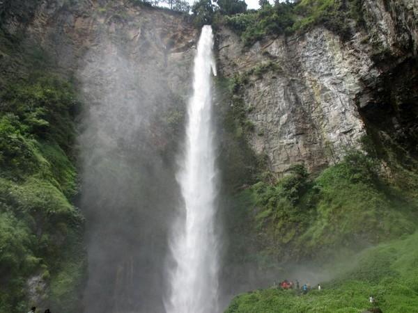 Sekedar informasi, dalam bahasa Batak Sipiso-piso berasal dari kata piso yang berarti pisau. Hal ini untuk menggambarkan derasnya air yang turun ke bawah bak menyayat udara. Rudi Chandra/dTraveler)