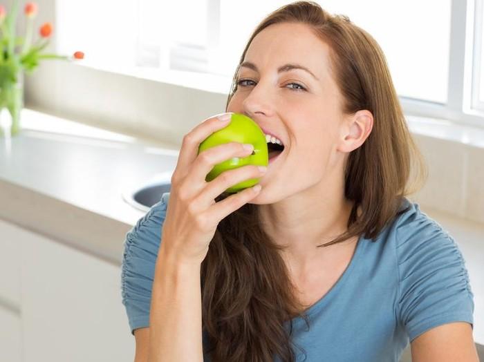 Makan buah baiknya secara langsung dan jangan dijus bagi pasien diabetes. Foto: iStock