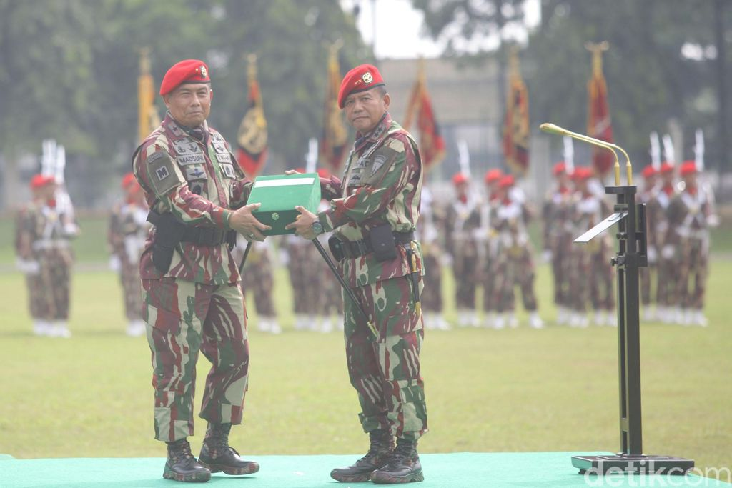 Pejabat lama Komandan Jenderal Kopassus Mayjen TNI M Herindra (kanan) melakukan salam komando dengan Komandan Jenderal Kopassus Brigjen TNI Madsuni (kiri) saat Upacara Penyerahan Satuan Kopassus di lapangan Makokopassus, Jakarta, Sabtu (08/10/2016).