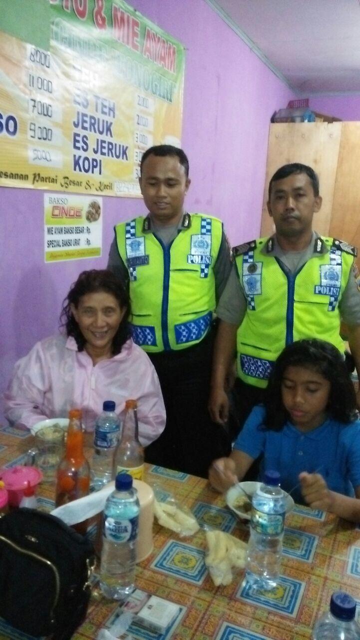 Menteri Susi berfoto bersama petugas kepolisian yang mengantarnya (Dok. Polda Jawa Tengah)