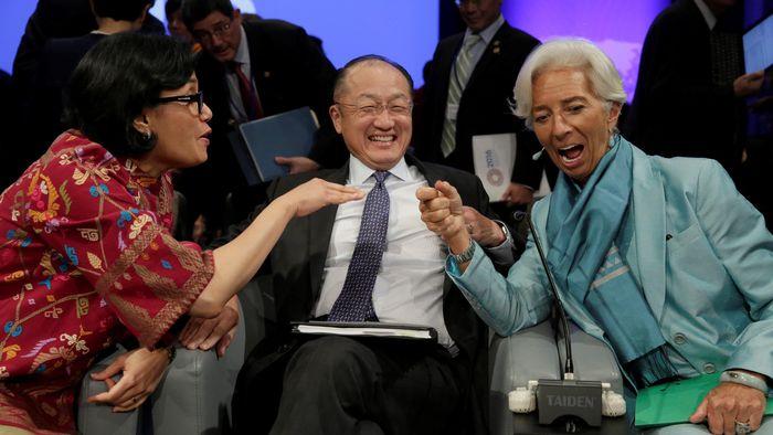 Jim Yong Kim diapit Menteri Keuangan RI Sri Mulyani dan Bos IMF Christine Lagarde. Foto: Reuters