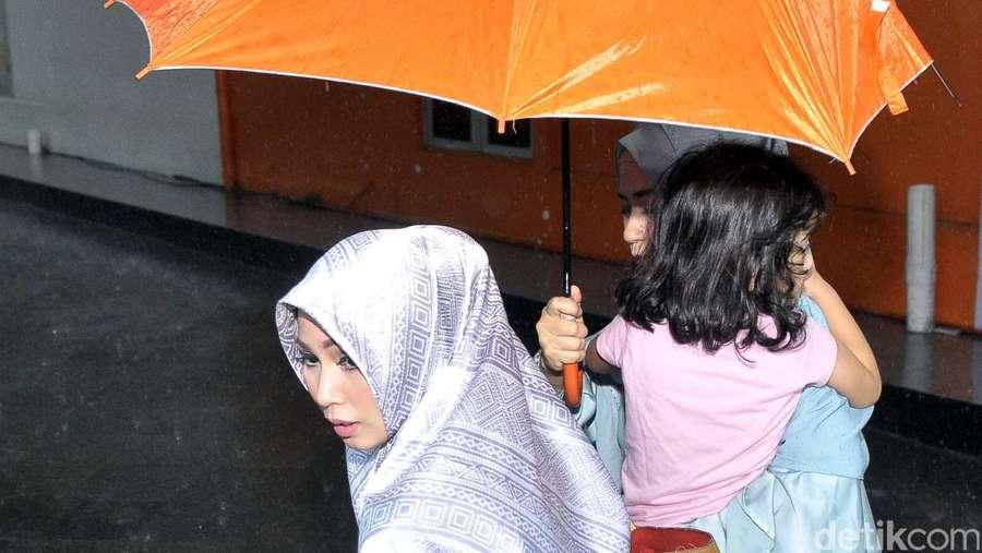 Puput Melati Terobos Hujan Bersama Putri Bungsunya