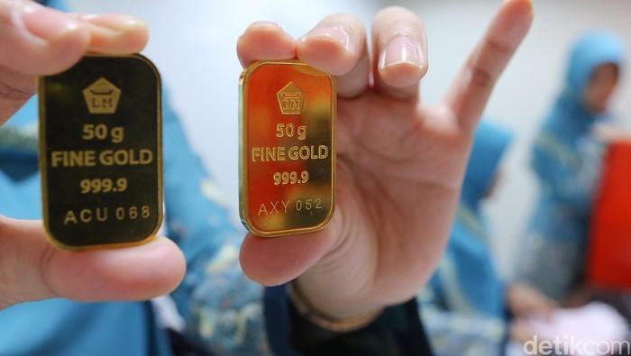 Pegawai BNI Syariah Rasuna Said Jakarta menunjukan logam mulia emas Antam, Senin (10/10/2016).  Menurut catatan Antam, harga emas atau Logam Mulia milik PT Aneka Tambang Tbk (Antam) hari ini stagnan di Rp 599.000/gram hari ini. Sementara harga pembelian kembali atau buyback dibuka naik Rp 1.000/gram.