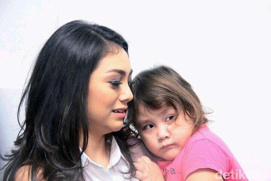 Celine Evangelista dan Kedua Putrinya