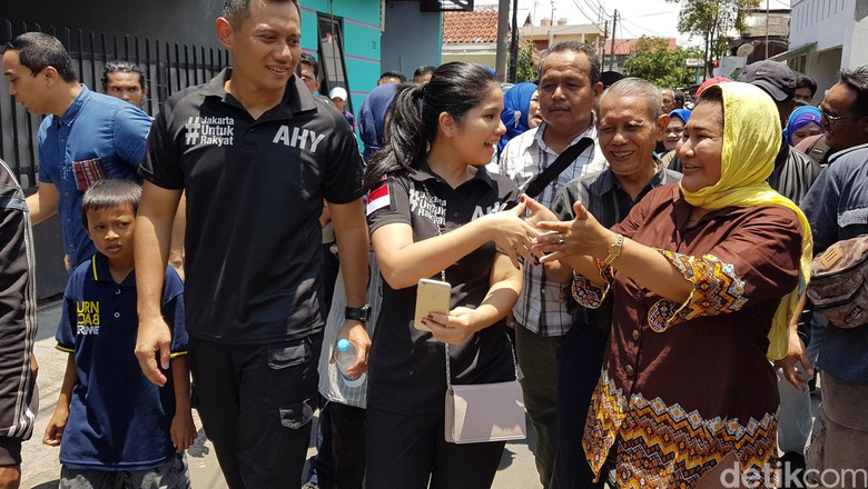 Kemesraan Agus Yudhoyono dan Annisa Pohan Saat Sapa Warga Koja
