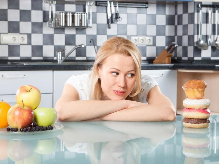 Tanda-tanda terlalu banyak makan lemak bisa diamati saat BAB/Foto: iStock