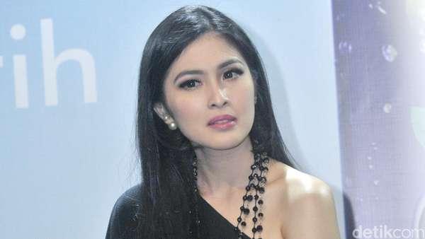 Sandra Dewi Berseri-seri, Puput Melati Terobos Hujan Bersama Putri Bungsunya