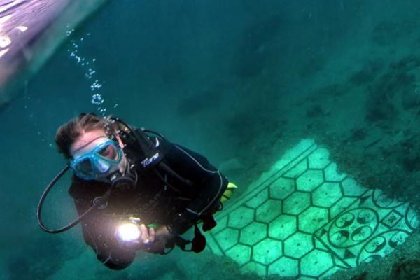 Kota Baia di bawah laut