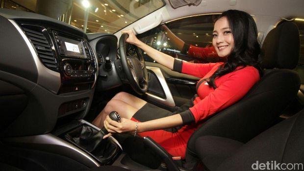 Model berpose dengan Mitsubishi Pajero Sport