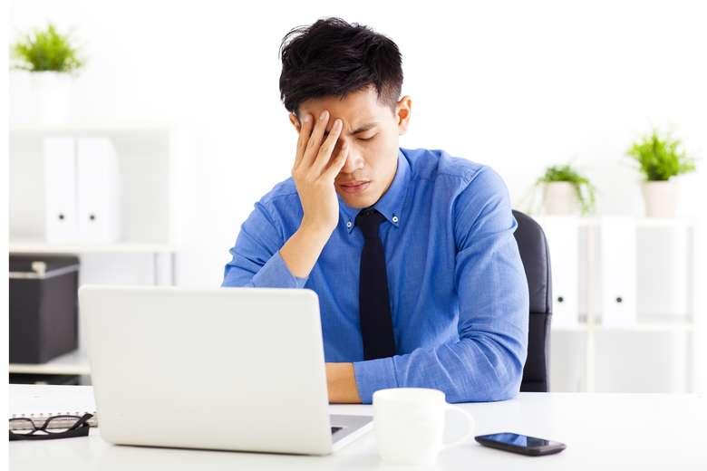 Kehidupan modern tak jauh dari rasa lelah, karena dibarengi dengan gaya hidup serba terburu-buru, aktif 24 jam dalam seminggu, tertidur di samping laptop dan bangun melihat ponsel. Namun tak hanya itu, ada 9 penyakit yang bisa saja jadi penyebabnya. Foto: Thinkstock
