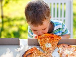 Agar Tak Berlebihan Berikan Makanan pada Anak, Lakukan Hal Praktis Ini