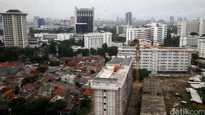 Tata ruang di daerah Monas hingga Lapangan Banteng terlihat ruwet. Bahkan, beberapa pemukiman penduduk berhimpit dengan gedung bertingkat.
