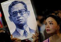 Rakyat Thailand banyak yang menangisi wafatnya Raja Bhumibol
