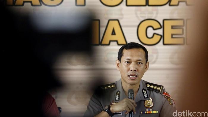 Polda Metro Jaya menggelar rilis operasi tangkap tangan (OTT) terhadap oknum yang diduga melakukan praktik pungli pada gerai SIM dan layanan SIM keliling di beberapa lokasi di Jakarta. Rilis berlangsung di Mapolda Metro Jaya, Kamis (13/10/2016).