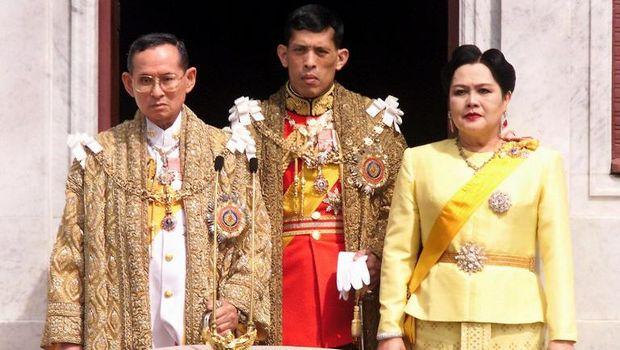 Maha Vajiralongkorn (tengah) bersama Raja Bhumibol dan Ratu Sirikit dalam foto tahun 1999 (AFP PHOTO/PORNCHAI KITTIWONGSAKUL)