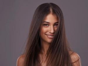 11 Cara Meluruskan Rambut yang Mudah dan Alami