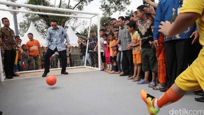 Ahok jadi kiper sepakbola (Foto: Ari Saputra)