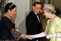 Raja Bhumibol Adulyadej, Ratu Sirikit menerima kunjungan Ratu Elizabeth II di Thailand