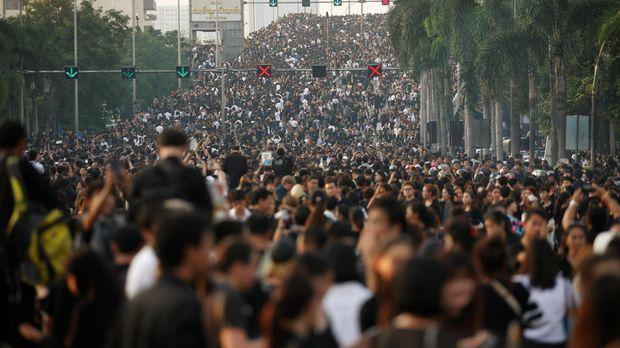 Warga Berlutut di Pinggir Jalan, Beri Penghormatan Terakhir pada Raja Bhumibol