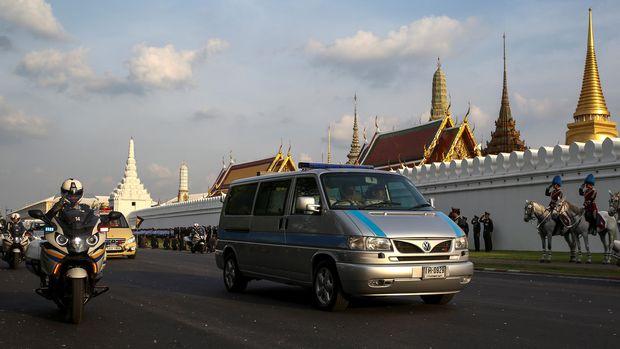 Mobil yang membawa jenazah Raja Bhumibol