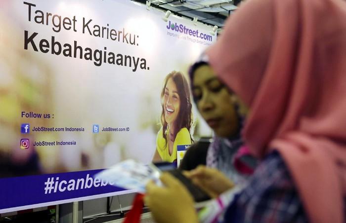 Para pencari kerja yang didominasi fresh graduate memadati Indonesia Career Expo (ICE) di Balai Kartini, Jakarta, Jumat (14/10). Bursa kerja yang berlangsung sampai Sabtu (15/10) diikuti 150 perusahaan dari berbagai sektor industri.