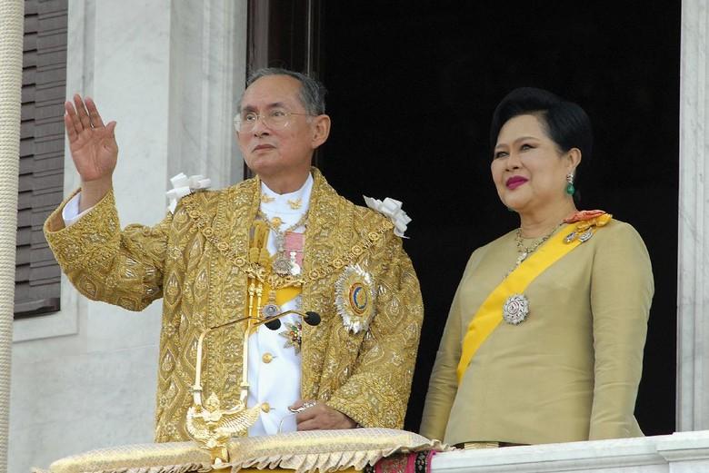 Tiap Hari, Warga Thailand Nyanyikan Lagu Kerajaan untuk Mendiang Raja