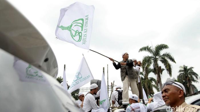 Massa dari Front Pembela Islam (FPI) longmarch dari Masjid Istiqlal menuju Balai Kota DKI. Mereka akan berdemo terkait pernyataan Ahok soal Surat Al-Maidah ayat 51.