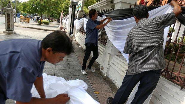 Pagar gedung pemerintah dipasangi kain hitam dan putih sebagai bentuk berkabung