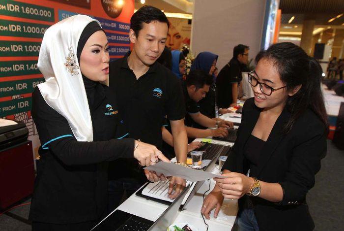 Ratusan pengunjung memadati even trafel fair online di Grand Atrium, Kota Kasablanka.