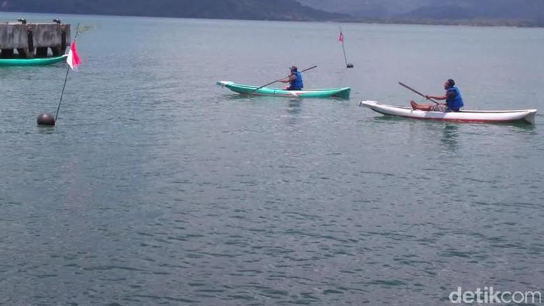 Puluhan Nelayan Lomba Dayung di Pantai Prigi