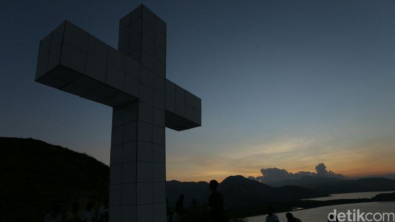 Bukit Salib Puncak Tanjung Kajuwulu merupakan salah satu destinasi di Maumere, Flores, NTT. Di atas bukit, terdapat patung salib yang berdiri gagah (Agung Pambudhy/detikTravel)