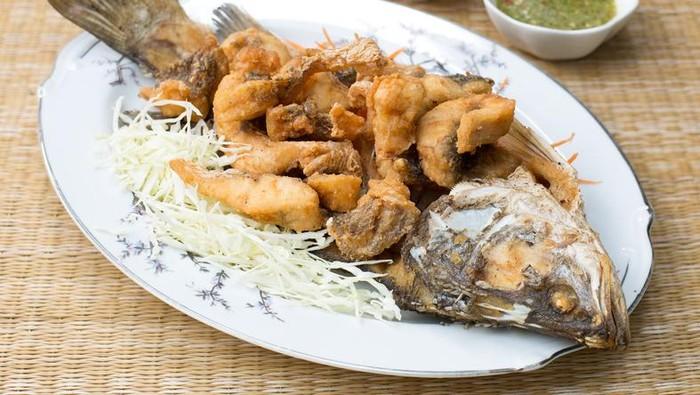 Makan ikan tak hanya baik bagi otak. Studi menyebut doyan makan ikan juga bermanfaat untuk menjaga libido dan kesuburan pasangan suami istri. Foto: iStock/GettyImages/Facebook