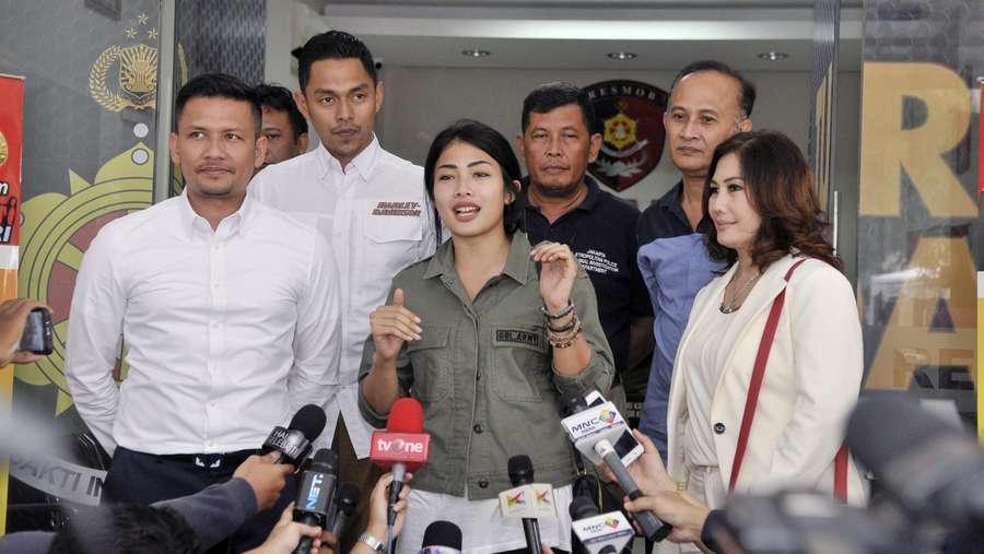 Gaya Nabila Putri Sambangi Polda Metro Jaya