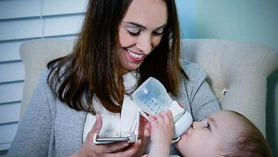 Berbagai Alasan Ortu Gunakan Botol Dot untuk Beri Bayi ASI Perah