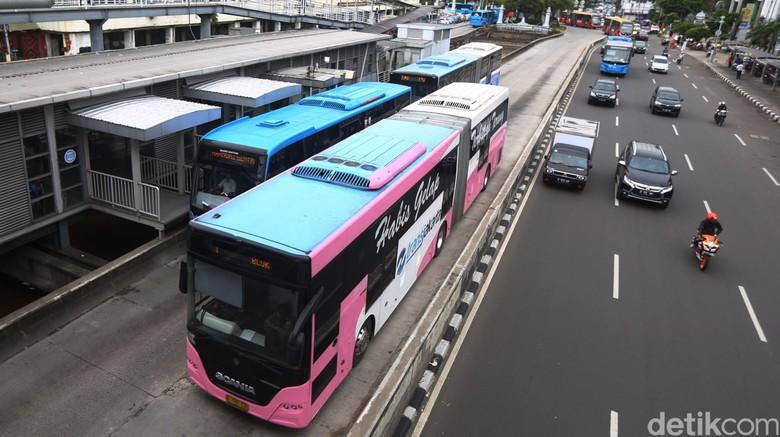 Sejumlah Bus Transjakarta antri untuk mengangkut penumpang di Halte Transjakarta Harmoni, Senin (17/10/2016). Pemprov DKI Jakarta dan PT TransJakarta berencana menambah armada bus.