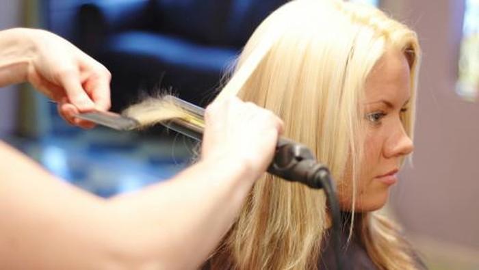 Berbagai usaha biasanya dilakukan untuk mempercantik penampilan misal catokan. (Foto: Getty Images)