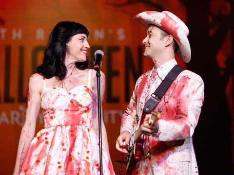 Jarang Tampil, Joseph Gordon-Levitt dan Istri Muncul dengan Kostum Berdarah